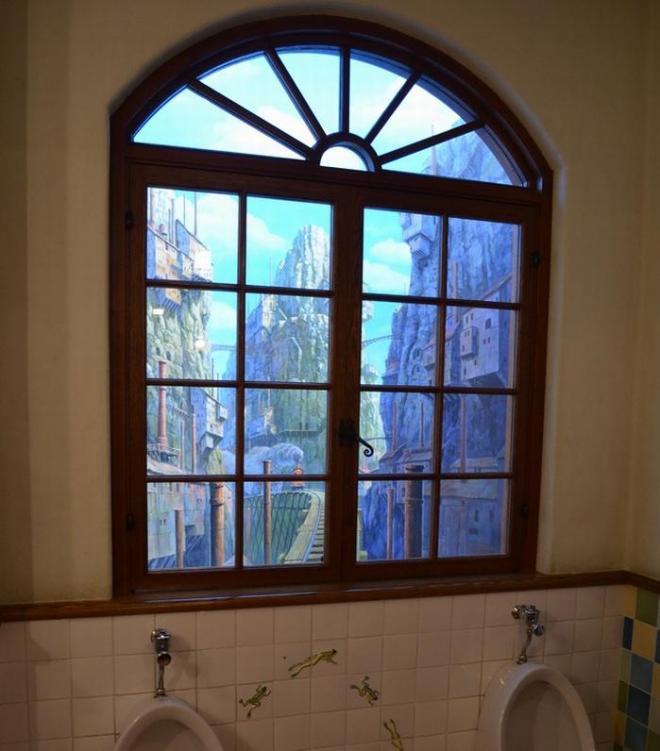 男子トイレの窓の奥には…