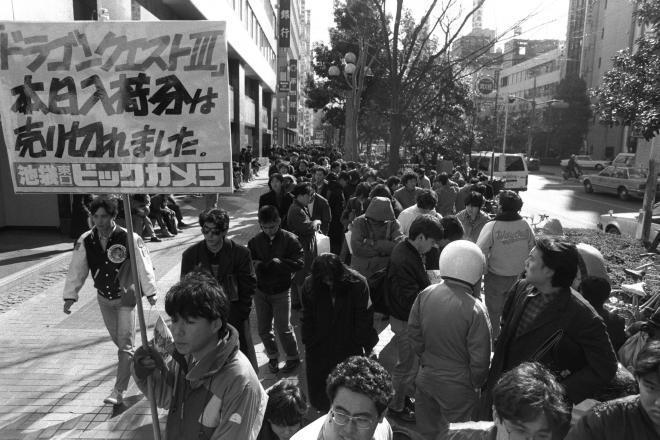 人気の新作ファミコンソフト「ドラゴンクエスト3」が1988年2月10日、全国一斉に発売された。東京・池袋の「ビックカメラ」には、小学生から大学生までのファンが、長い列を作った