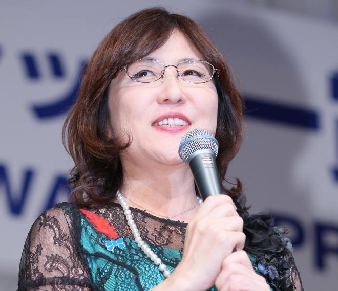 稲田朋美・国家公務員制度相。「日本メガネベストドレッサー賞」の授賞式で。2013年10月9日、竹谷俊之撮影