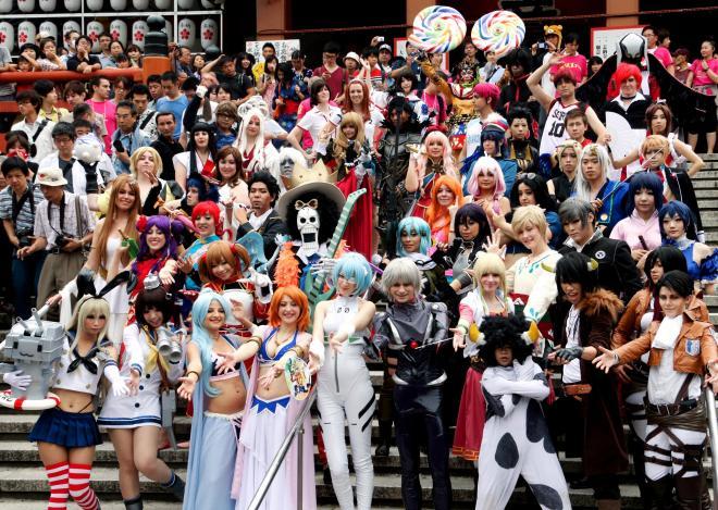 パレードの出発前に、記念撮影するコスプレーヤーたち=3日午前、名古屋市中区、高橋雄大撮影