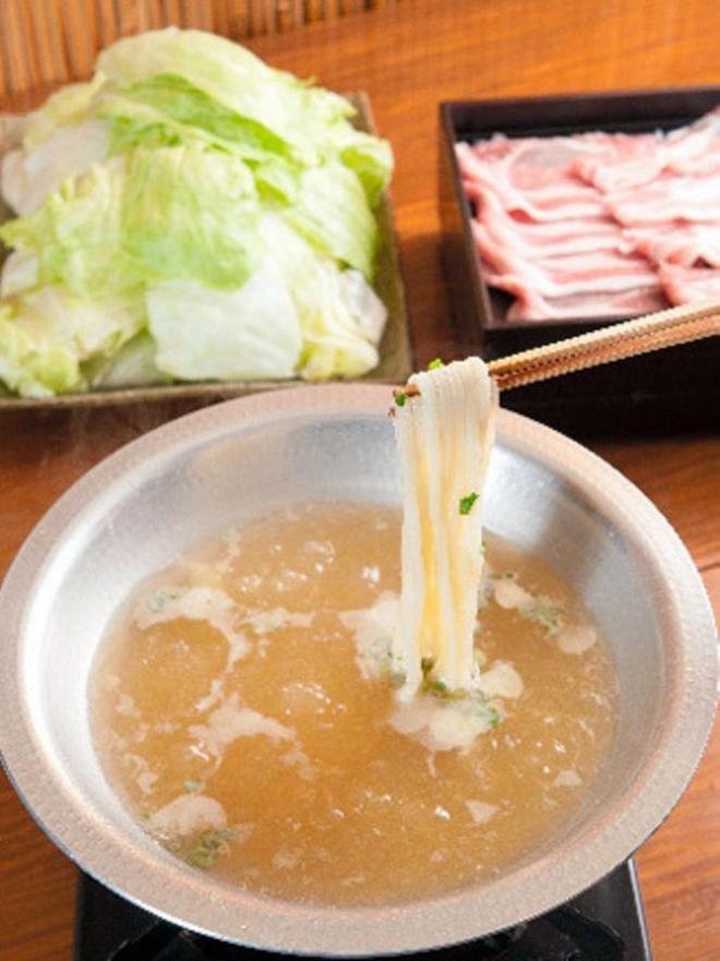 「しょうがの香り。しゃぶ」の元祖 黄金スープ(3人前)うどん別注。