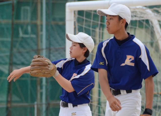 男子部員と一緒に練習を始める石下さん(左)=広島市中区舟入南1丁目