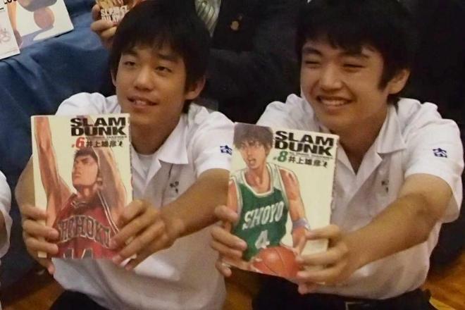 井上雄彦さんから贈られた「スラムダンク」を読む生徒たち=2013年7月2日