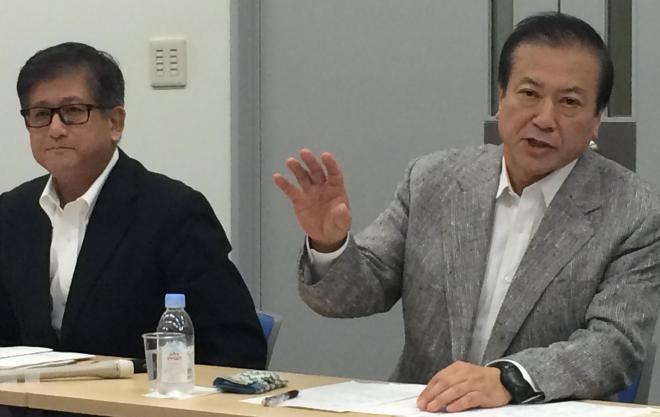 ゼンショーホールディングスの小川賢太郎社長(右)と興津龍太郎ゼンショー社長=6日夜、ゼンショーホールディングス本社