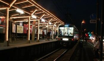 電球が点灯され、明るくともされた鎌倉高校前駅=2004年12月1日