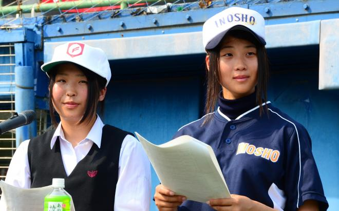 今夏の高校野球高知大会の開会式リハーサルにて。司会を務める準備をする今橋加愛さん(右)