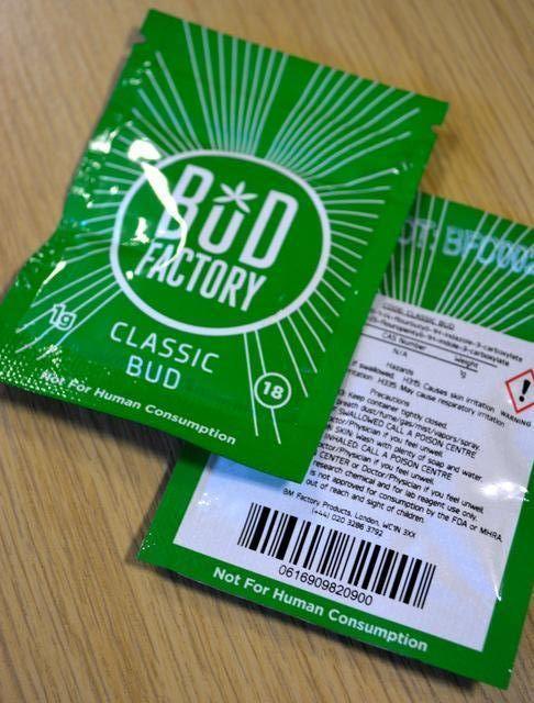 ロンドンで売られていた危険ドラッグ。裏面に「食用不可」「研究用化学物質」などと書いてある。渡辺志帆撮影