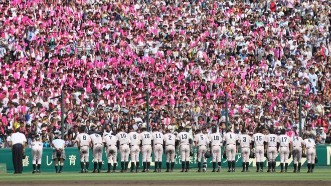 全国高校野球選手権、決勝を戦い終えて応援席にあいさつする延岡学園の選手たち=2013年8月22日、阪神甲子園球場