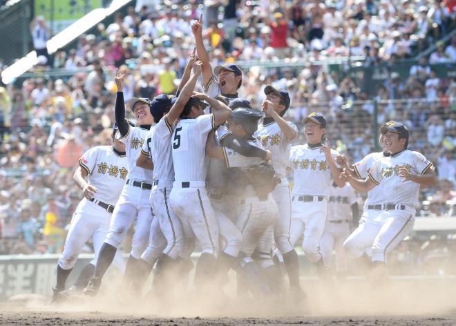 2013年夏の甲子園。優勝を決め、マウンドに集まる前橋育英の選手たち=白井伸洋撮影
