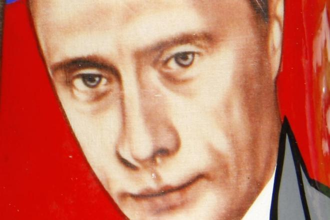 ロシアの定番土産「マトリョーシカ」に描かれたプーチン大統領。澄んだ瞳が余計に怖いです