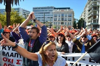 ギリシャ政府の緊縮策に抗議してアテネの国会前広場で声を上げる人たち=2011年10月19日