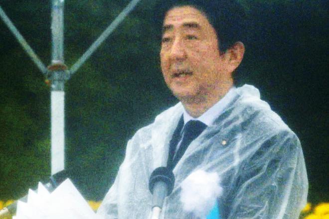 広島の平和記念式典であいさつする安倍晋三首相=2014年8月6日