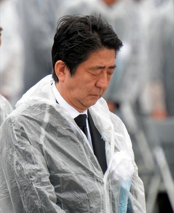 広島の平和記念式典で黙禱する安倍晋三首相=2014年8月6日