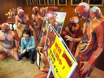 映画のキャンペーンで訪れた全身人体模型の人たち=2012年9月12日