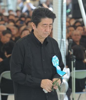 沖縄の戦没者追悼式で献花をする安倍首相=2014年6月23日