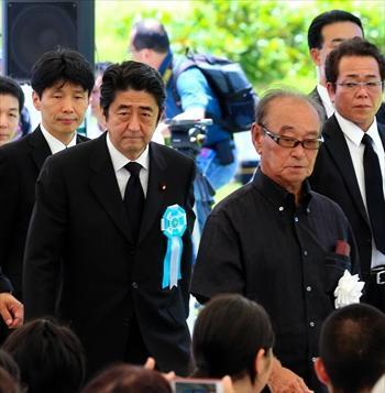 沖縄の戦没者追悼式に出席した安倍首相=2013年6月23日