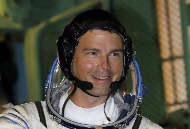 ソユーズに乗り込む際、ポーズをとるリード・ワイズマン宇宙飛行士=ロイター、5月28日