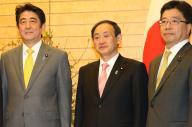 安倍晋三首相(左)と加藤勝信・官房副長官(右)