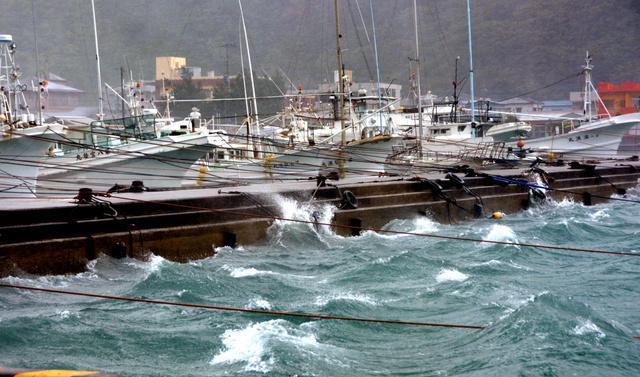 台風11号が近づき、激しい波が打ち寄せる漁港=8日午後2時45分、鹿児島県奄美市名瀬の大熊漁港、外尾誠撮影