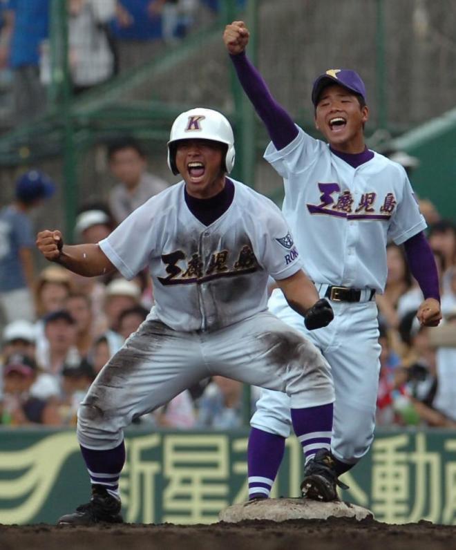 鹿児島工―福知山成美 7回表、代打で内野安打を放ち、一塁コーチといっしょになって喜ぶ今吉晃一選手=2006年8月、阪神甲子園球場
