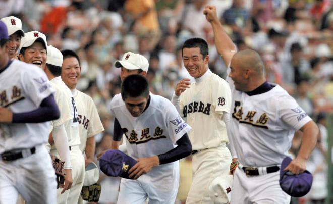 鹿児島工―早稲田実 試合後のあいさつで鹿児島工の今吉晃一選手(右)に声をかけられ、笑顔を見せる早稲田実の投手斎藤佑樹選手(右から2人目)。みんな笑顔。