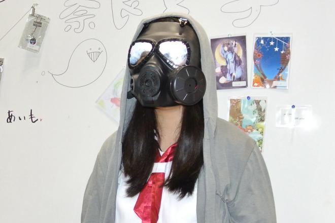 學展に現れたガスマスクの少女