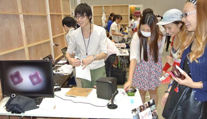 九州大の学生は、生野菜に触れた刺激を音に変換する謎の装置を展示