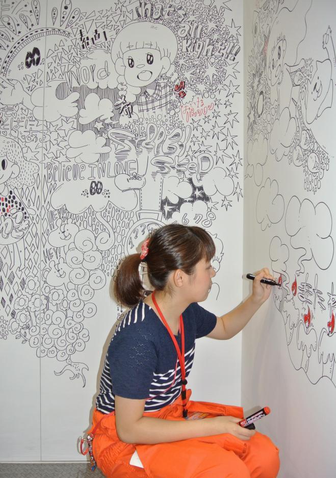 ライブペインティングしていた京都精華大の中村美遥さんはアニメ制作も手がける