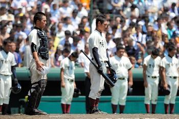 正午のサイレンが鳴り、黙禱する報徳学園と大阪桐蔭の選手たち=2008年8月15日