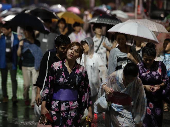 去年の隅田川花火大会は、開催後にゲリラ豪雨に見舞われ途中で中止になりました。この時も残った花火は廃棄されたそうです。