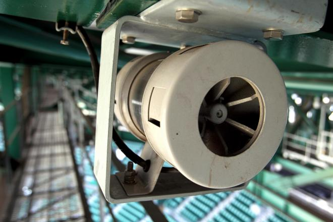 阪神甲子園球場の銀傘の下に取り付けられたサイレン