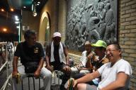 徹夜で開門を待つ「8号門クラブ」=2012年8月16日