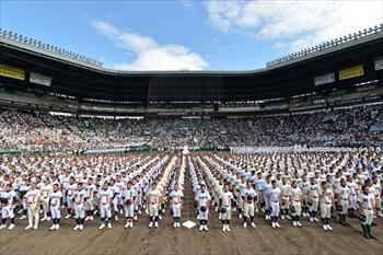 開会式で掲揚台を見る各校の選手たち=2014年8月11日