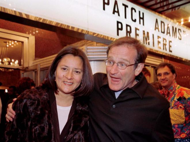 主演映画「パッチ・アダムズ」の初演式典で、2人目の妻マーシャさんと。1998年12月
