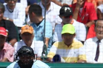 【鮮やかな黄色・白】2014年夏の開幕試合、春日部共栄―龍谷大平安戦のラガーさん=2014年8月11日