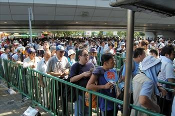 駒大苫小牧-早稲田実 再試合となった決勝を見ようと、入場券売り場に並ぶ人たち=2006年8月21日