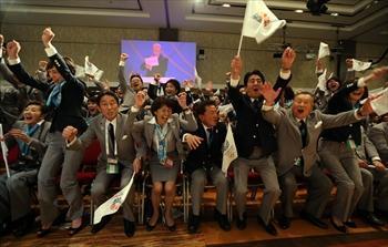 2020年五輪の開催都市が東京に決まり、喜ぶ安倍首相(右から3人目)、猪瀬直樹知事(同4人目)、岸田外相(左から3人目)ら=2013年9月7日、ブエノスアイレス