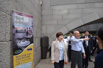 朴槿恵大統領との会談前、ソウル市内で清渓川の視察をする舛添要一知事=2014年7月25日、川口敦子撮影