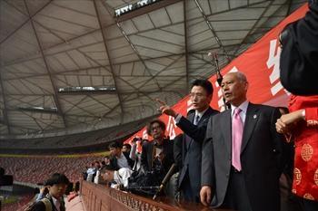 北京五輪の主会場「鳥の巣」を視察する舛添知事(右)=2014年4月25日、北京