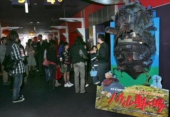「ハウルの動く城」公開初日、たくさんの映画ファンが劇場に詰めかけた=2004年11月20日