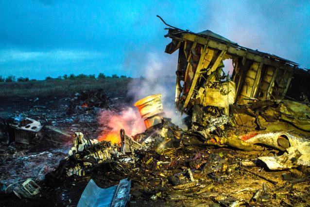 墜落したマレーシア機の機体の一部はまだくすぶり続けていた=ウクライナ東部グラボボ、アントン・スカイバさん撮影