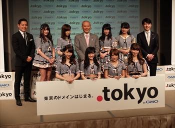 新ドメイン「.tokyo」の発表会見には、人気アイドルグループ「AKB48」や舛添要一都知事(中央)が参加した=2014年4月7日東京都新宿区