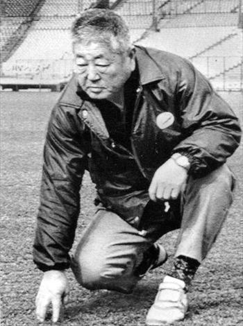 甲子園の「土守」と呼ばれた藤本治一郎さん=1983年、阪神甲子園球場