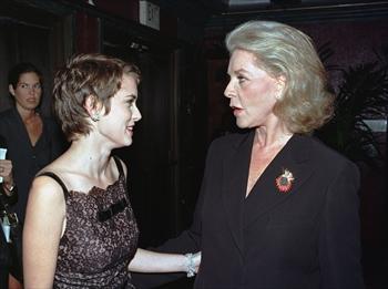 女優のウィノナ・ライダーさんとローレン・バコールさん=1997年