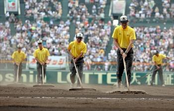 試合前にグラウンドをならす整備員=2010年8月18日、阪神甲子園球場、長島一浩撮影