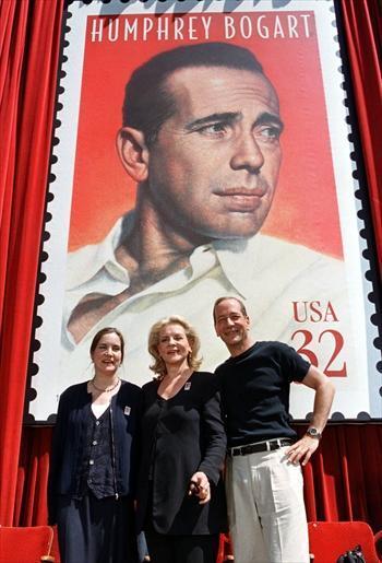 夫だったハンフリー・ボガートさんの切手のモニュメントの前でポーズを取るローレン・バコールさん=1997年