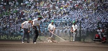 試合終了後、球場を整備するグラウンドキーパーたち=1996年8月1日
