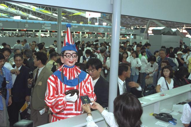 丹波行きの2年半後、「くいだおれ太郎」はオーストラリアへ消えた=1994年9月4日、関西空港