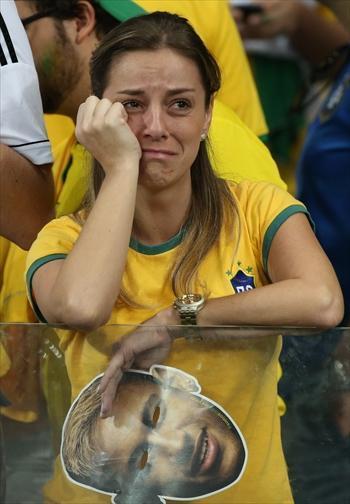 ドイツに大敗し、涙を浮かべるブラジルのサポーター=2014年7月8日