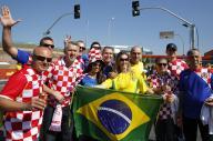 開会式を前に、スタジアム前で盛り上がるブラジルサポーターとクロアチアのサポーター=2014年6月12日